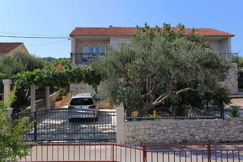 Otok Brač  Supetar - Apartmani Mara - free parking