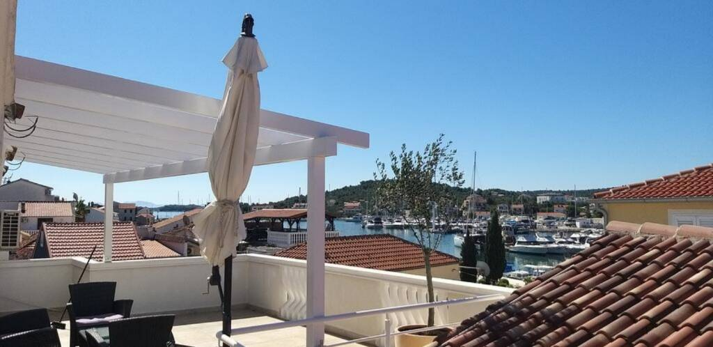 Apartmani Edita- terrace with sea view and sunchai, Jezera - Otok Murter