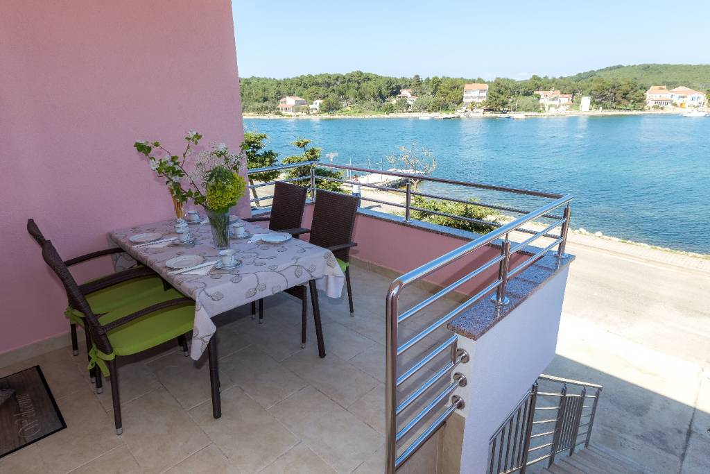 Dugi otok  Veli Rat - Apartmani Zvone1  - at the water front: - Apartman 2